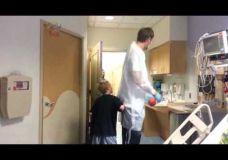 Dirk Nowitzki sužaidžia krepšinio partija su ligoniuku Will