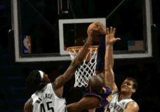 Kobe's dėjimas per du Nets žaidėjus [gif]