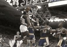 Clyde Drexler dėjimas per du krepšininkus GIF
