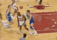 Magiškas M.Jordan perdavimas S.Pippen GIF