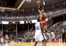 Scottie Pippen dėjimas per Spurs žaidėją GIF