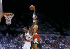 Scottie Pippen dėjimas per Clyde Drexler GIF